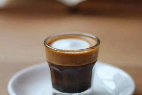 喝咖啡,到底是放白糖还是放黄糖?
