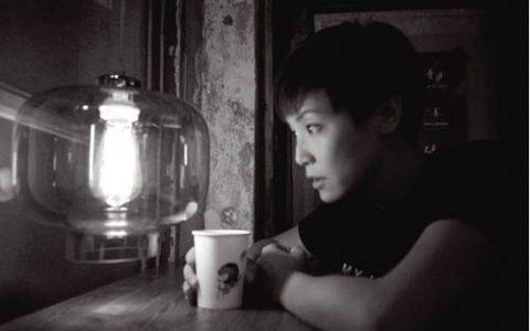 你喝咖啡的样子,像极了爱情